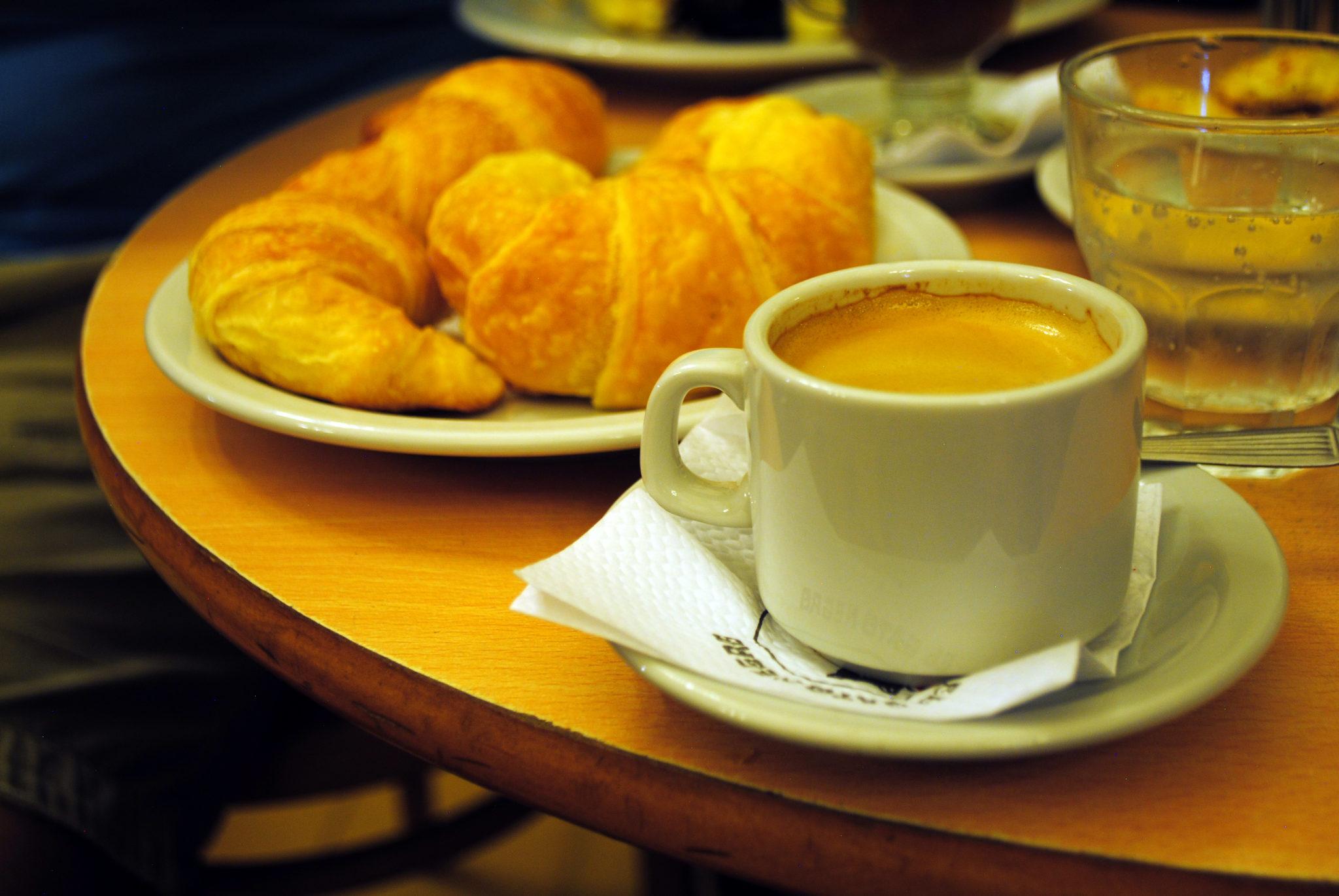 Mediaslunas,_café_en_jarrito_y_agua_mineral_en_Café_El_Gato_Negro